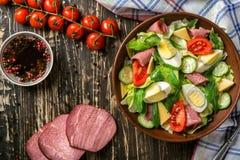 Salade avec du jambon et des oeufs Photo stock