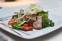 Salade avec du jambon et les tomates séchées au soleil Photo libre de droits
