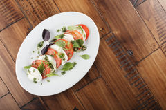 Salade avec du mozzarella et la tomate Photographie stock libre de droits