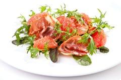 Salade avec l'arugula, le pamplemousse et le jambon Image libre de droits