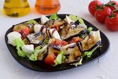 Salade avec l'aubergine, tomate, mozzarella, salade 'Iceberg' Photographie stock
