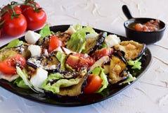 Salade avec l'aubergine, tomate, mozzarella, salade 'Iceberg' Photo libre de droits