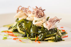 Salade avec l'avocat et les fruits de mer Photo stock