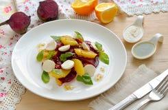 Salade avec la betterave, les oranges et un mozzarella Photo stock