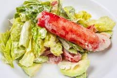 Salade avec la chair de crabe images stock