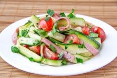 Salade avec la courgette, le jambon et la tomate images stock