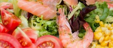 Salade avec la crevette, les saumons, et les légumes Photographie stock