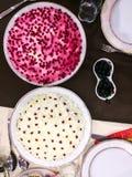 Salade avec la grenade sur la table de fête, vue supérieure Photos libres de droits