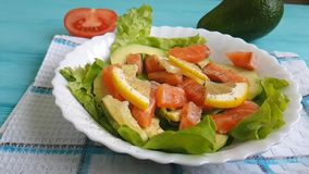 Salade avec la nutrition huile par avocat rouge de poissons clips vidéos