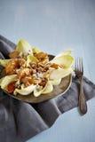 Salade avec la poire caramélisée, les noix, le fromage bleu et le leav vert Image stock