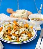 Salade avec la poire, le potiron, les écrous et le fromage bleu Photographie stock libre de droits