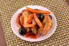Salade avec la saucisse, fromage, carottes Image stock