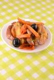 Salade avec la saucisse, fromage, carottes Image libre de droits