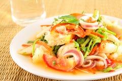 Salade avec la soupe épicée à jus de citron photographie stock libre de droits