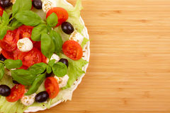 Salade avec le basilic, le mozzarella, les olives et la tomate image stock