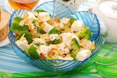 Salade avec le broccoli, le feta et les amandes photographie stock
