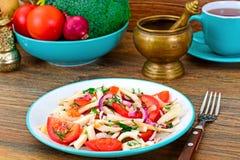 Salade avec le calmar, tomate, oignon rouge, huile végétale Photos libres de droits