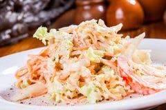 Salade avec le chou, la carotte et la tomate Images stock
