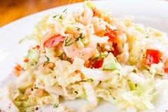 Salade avec le chou, la crevette et l'avocat Images stock