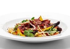 Salade avec le filet du sein de canard photographie stock