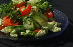Salade avec le fond noir Photo stock