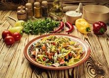 Salade avec le mélange de légumes d'un plat photo stock