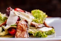Salade avec le poisson-chat fum?, les carottes et le habillage de miso Le travail d'un chef professionnel Plat d'un plan rapproch photos stock