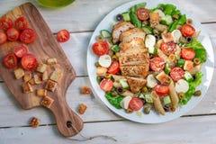 Salade avec le poulet et les légumes Photographie stock