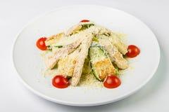 Salade avec le poulet et les légumes arrosés avec du fromage dans le circu Photos libres de droits