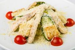 Salade avec le poulet et les légumes arrosés avec du fromage dans le circu Images libres de droits