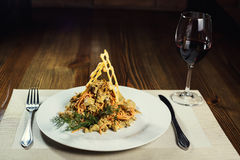 Salade avec le poulet, les champignons et les carottes Plats de portion dans un r Photos libres de droits