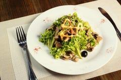 Salade avec le poulet, les champignons et les feuilles de la salade 'Iceberg' et Images stock