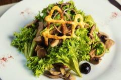 Salade avec le poulet, les champignons et les feuilles de la salade 'Iceberg' et Images libres de droits