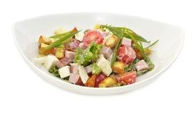 Salade avec le quartier de porc dans le plat blanc Photographie stock