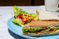 Salade avec le sandwich d'un plat bleu photos libres de droits