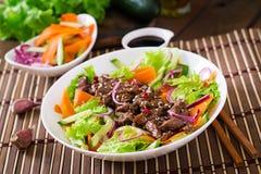 Salade avec le teriyaki de boeuf Photographie stock libre de droits