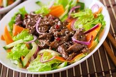 Salade avec le teriyaki de boeuf Photos libres de droits