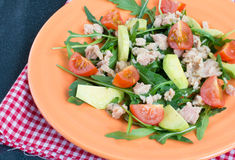 Salade avec le thon, l'avocat et les tomates Photos libres de droits