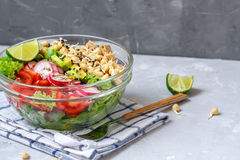 salade avec le tofu, pois chiches, avocat Photo stock