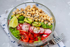 salade avec le tofu, pois chiches, avocat Photos stock
