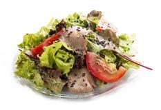 Salade avec le veau grill? en s?same noir avec le habillage d'hu?tre images stock