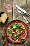 Salade avec les épinards, le mozzarella, les noix et les carottes caramélisées Image libre de droits