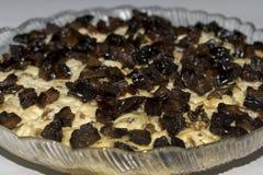 Salade avec les bâtons, le fromage, l'oeuf et les pruneaux de crabe photos stock