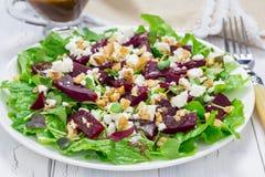 Salade avec les betteraves, le feta et les noix Photo libre de droits