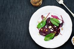 Salade avec les betteraves, le fromage de chèvre, la betterave fourragère et les pistaches rôtis image libre de droits