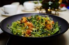 Salade avec les crevettes et la salade de fusée image stock