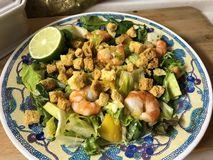 Salade avec les crevettes roses de tigre, la mangue, l'avocat et le piment doux image libre de droits