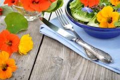 Salade avec les fleurs comestibles nasturce, bourrache Photo libre de droits