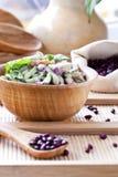Salade avec les haricots, le lard, le concombre et les croûtons photos libres de droits