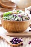Salade avec les haricots, le lard, le concombre et les croûtons images stock